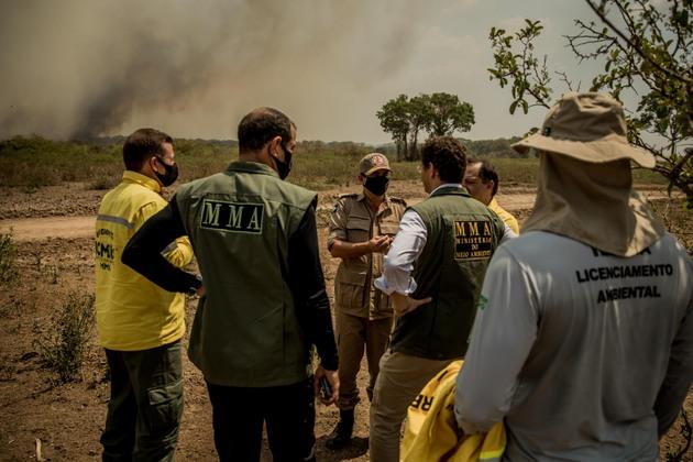 El ministro de Medio Ambiente, Ricardo Salles (al centro de espaldas), visita brigadas que combaten los incendios que ya destruyeron más de 20 por ciento de la vegetación del Pantanal, mayor humedal del mundo, que sufre la peor sequía de la historia y la consecuente propagación de las llamas. La mortandad de la fauna, numerosa y diversificada, agrava la tragedia en cuya prevención y mitigación poco hizo el ministro, más preocupado en desmantelar su cartera y las instituciones que de ella dependen. Foto: Christiano Antonucci/Secom-Fotos Públicas
