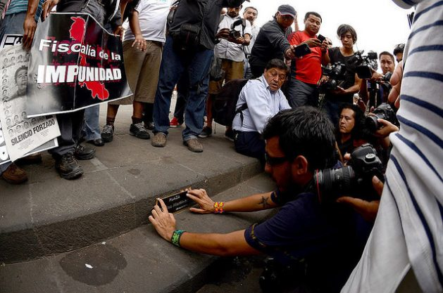 Colegas de la periodista mexicana Regina Martínez colocan una placa en su honor, en Xalapa, capital del sureño estado de Veracruz, donde fue asesinada. Foto: Roger López/IPS