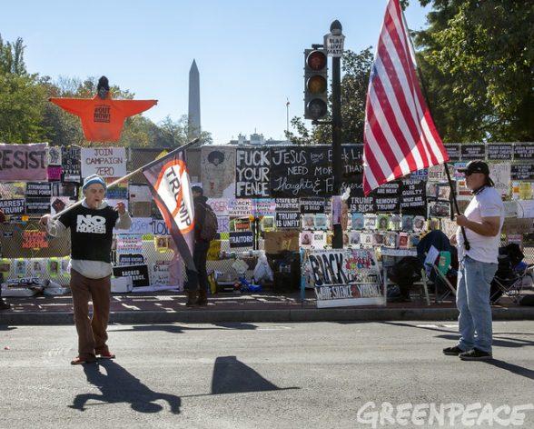 Elecciones en Estados Unidos. Dos personas esperan los resultados de los comicios..