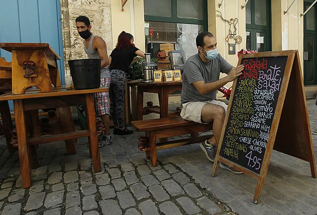 Trabajadores higienizan un restaurante privado en el Casco Histórico de La Habana Vieja durante la flexibilización de las medidas contra la propagación de la covid-19. Las remesas ayudan a emprender negocios privados en Cuba, además de sostener necesidades básicas de las familias y cubrir gastos en comunicaciones o reparación de viviendas. Foto: Jorge Luis Baños/IPS