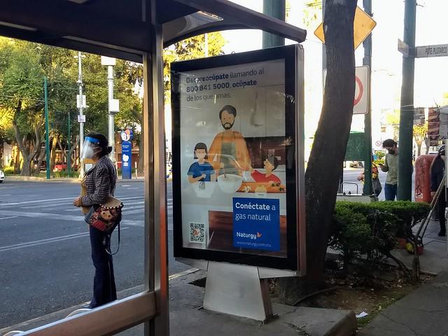 Un anuncio publicitario de gas doméstico en una parada de buses de la capital de México. El gobierno del país impulsa la explotación, distribución y consumo de este combustible, pese a los conflictos sociales y los impactos ambientales que acompañan el desarrollo de su industria. Foto: Emilio Godoy/IPS