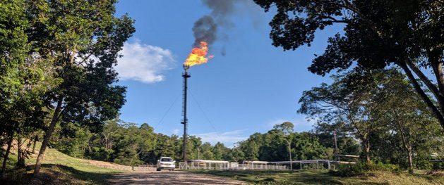 Una fumarola arde en un campo petrolero en Colombia. Las emisiones de gas metano pueden reducirse con la iniciativa emprendida por 60 corporaciones del sector, con auspicio del Pnuma. Foto: Clearstone Engineering/CCAC