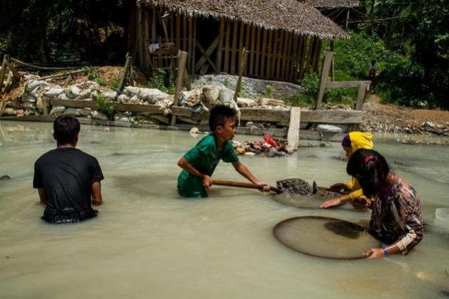 Niños trabajan buscando oro en el río Bosigon, en Filipinas. El trabajo infantil es una de las rémoras de la cadena de producción de minerales preciosos que las empresas de joyería deben considerar al aquirir suministros. Foto: Mark Saludes/HRW