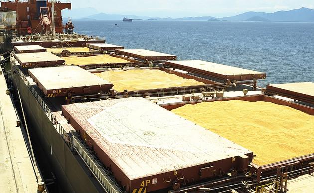 Exportación de soja por el puerto de Paranaguá, en el sur de Brasil. En 2019 Brasil exportó 96,7 millones de toneladas de la oleaginosa, que le supusieron 34 800 millones de dólares en ingresos. China absorbe cerca de 80 por ciento de esas exportaciones. Foto: Ivan Bueno/APPA-Fotos Públicas