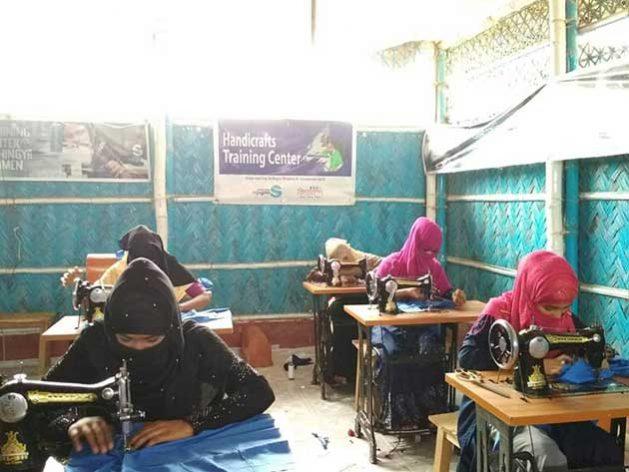Mujeres reciben capacitación en costura en uno de los talleres de la Fundación Bidyanondo, en el campo de refugiados de los rohinyás de Kutupalong, en el distrito de Cox's Bazar, en la frontera de Bangladesh con Myanmar, de donde debieron huir para salvar sus vidas. Foto: Fundación Bidyanondo