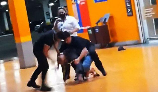Captura de la agresión contra afrobrasileño João Alberto Silveira Freitas por dos agentes, que lo golpearon hasta la muerte en un estacionamiento de un supermercado en Porto Alegre, capital del sureño estado de Rio Grande do Sul. Imagen: Fotos Públicas
