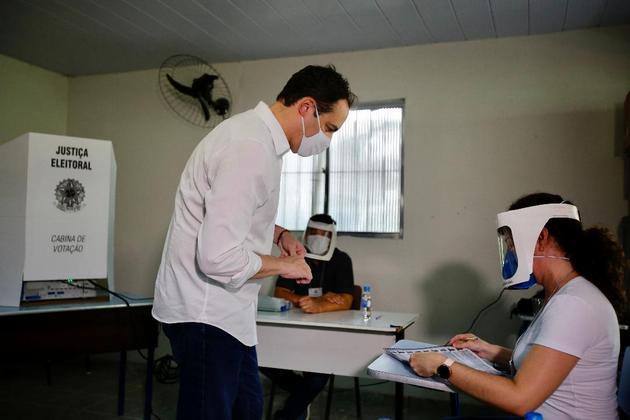 El gobernador del estado nororiental de Pernambuco, Paulo Cámara, vota durante las elecciones municipales del 15 de noviembre en Brasil. En ellas se cumplieron todas las medidas de prevención a la covid-19, con miembros de mesa protegidos por mascarillas y pantalla facial y los votantes obligados a tener bien puesta su tapabocas. Foto: Pedr Menezes/SEI-Fotos Públicas