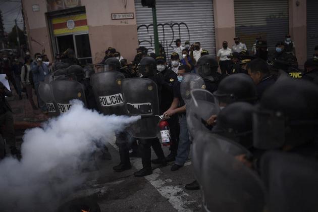Antimotines dispersan a manifestantes en el Congreso el jueves 19 de noviembre, después de la aprobación sin debate del presupuesto para 2021. Foto: Plaza Pública