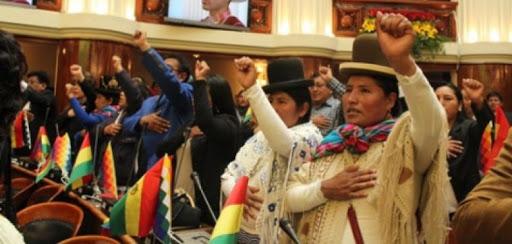 Las políticas bolivianas dominarán el Senado en la próxima legislatura, que será la cámara legislativa con más presencia femenina del mundo. En la imagen, legisladoras bolivianas durante la apertura de la anterior legislatura hace un año. Foto: Cortesía de la Coordinadora de la Mujer