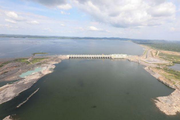 La planta principal de la central hidroeléctrica de Belo Monte cuenta con capacidad de 11 000 megavatios, a los que se suman 233 más de la planta secundaria. La central costó el doble del presupuesto inicial, equivalente a más de 10 000 millones de dólares en la época de su construcción. Además enfrenta trastornos, como el atraso en la construcción de la línea de transmisión que llevará su energía al sureste de Brasil, su ineficiencia generadora e impactos sociales y ambientales superiores a los previstos. Foto: Marcos Corrêa/PR-Agência Brasil