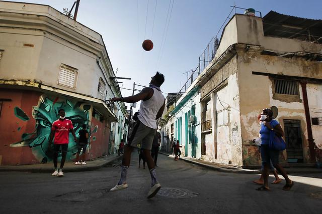 """Un grupo de jóvenes juega con una pelota al atardecer en el barrio San Isidro, en La Habana. En este barrio se gestó desde 2018 el Movimiento San Isidro que agrupa a jóvenes artistas, periodistas y académicos contestatarios, que en noviembre protagonizaron una huelga de hambre que el gobierno cubano consideró una """"farsa"""". Foto: Jorge Luis Baños/IPS"""