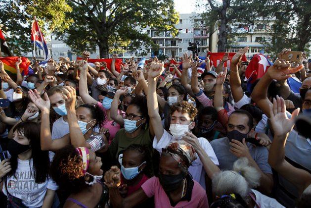 Cientos de personas con mascarilla participan en una concentración en La Habana, el 29 de noviembre, convocada por Jóvenes, artistas e intelectuales en apoyo al gobierno de Cuba, como respuesta a las acciones del opositor Movimiento San Isidro. Foto: Jorge Luis Baños/IPS