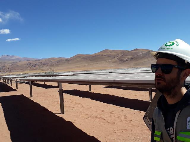 Un ingeniero supervisa la instalación de los paneles durante la construcción del parque solar, que demandó la llegada de más de 2600 camiones con tecnología china hasta una remota zona del noroeste de Argentina, en la altoplanicie andina de la Puna. Foto: Daniel Gutman/IPS