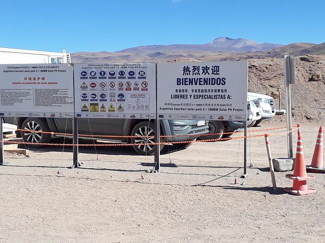 Carteles en español y en chino sorprenden en medio del agreste paisaje andino de la Puna argentina y muestran el desembarco del gigante asiático en el desarrollo de la energía solar latinoamericana. Crédito: Daniel Gutman/IPS