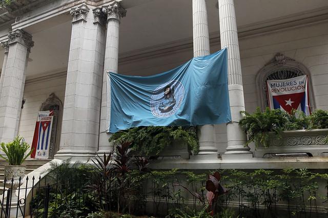 Una gran pancarta domina la entrada de la sede en La Habana de la Federación de Mujeres Cubanas, que promueve el Programa Nacional para el Adelanto de las Mujeres como piedra angular de las políticas públicas para la mujer en Cuba. Foto: Jorge Luis Baños/IPS