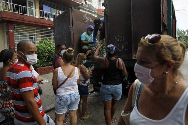 Clientes utilizan mascarillas y mantienen la distancia, como prevención ante la covid mientras permanecen en fila para comprar productos hortícolas, en Playa, uno de los municipios de La Habana. La pandemia generó tensiones adicionales para la vida de los cubanos, aunque el número de contagios en Cuba ha sido bajo y su sistema de salud pública universal y gratuita ha sido eficiente en lidiar con la pandemia. Foto: Jorge Luis Baños/IPS