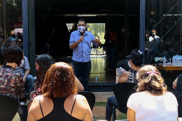Guilherme Boulos, del Partido Socialismo y Libertad, durante un encuentro electoral con pequeños empresarios. Este dirigente emergente de la izquierda logró una votación sorprendente en las elecciones para alcalde de São Paulo (40,6% o 2,17 millones de votos) que lo alzó al primer plano de la política brasileña. Foto: Leandro Vaz/Fotos Públicas