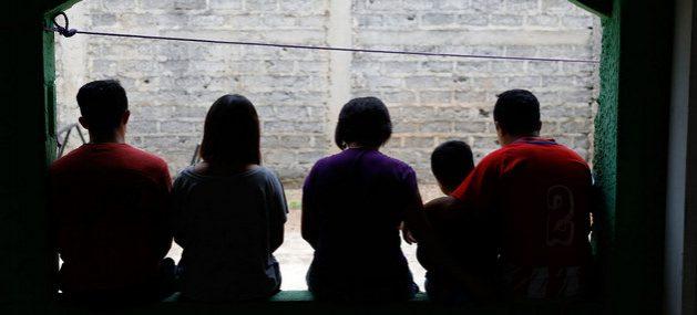 Una familia de El Salvador que huyó de la violencia protagonizada por pandillas. El temor a represalias contra los parientes más pequeños o débiles impulsa la huida de familias completas desde ese país, Guatemala y Honduras. Foto: Daniel Dreifuss/Acnur