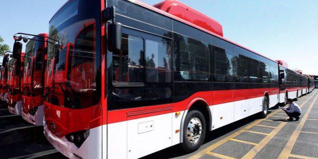 La nueva flota de buses eléctricos de Santiago, fabricada por la empresa china BYD, llega a su llegada a la capital de Chile. Foto: Alamy/Diálogo Chino