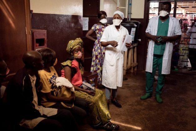 Niños y adultos pacientes de VIH/sida acuden a un centro de salud en la República Centroafricana. Al menos tres de cada cinco nuevos casos de esa enfermedad en el mundo se registran en la región de África al sur del Sahara. Foto: Adrienne Surprenant/MSF