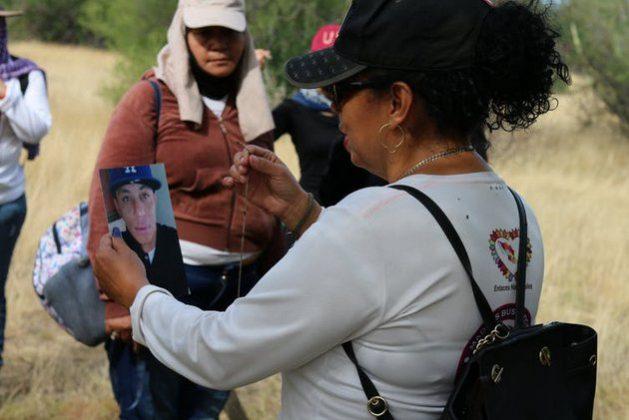 La buscadora de Sonora Cecilia Delgado Grijalva ante la foto de su hijo desaparecido, Jesús Ramón Martínez Delgado. Foto: Colectivo Buscadoras por la Paz Sonora., CC BY-ND