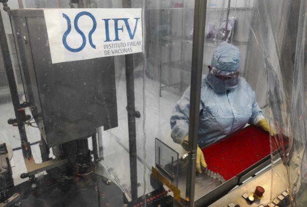 La técnica Mayelín Mejías, en la Planta Procesadora de Envases y Asépticos de Vacunas del Instituto Finlay de Vacunas, en La Habana. Cuba planea producir 100 millones de dosis de la vacuna Soberana 02 contra la covid e inmunizar a toda su población a lo largo de 2021. Foto: Yamil Lage/AFP/Pool/IPS