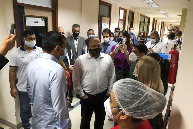 """El ministro de Salud, el general Eduardo Pazuello (C), durante la inauguración del Ala Indígena de un hospital de Manaus, durante su visita a la capital amazónica el 11 y 12 de enero, durante la que promovió el """"tratamiento precoz"""" contra la covid, en que se incluye la cloroquina, vermífugos y antibióticos, pero se olvidó de las yo evidentes signos de déficit de oxígeno, que estalló apenas días después y condenó a la muerte por asfixia a decenas de enfermos. Foto: Ascom/Ministerio de Salud-Fotos Públicas"""