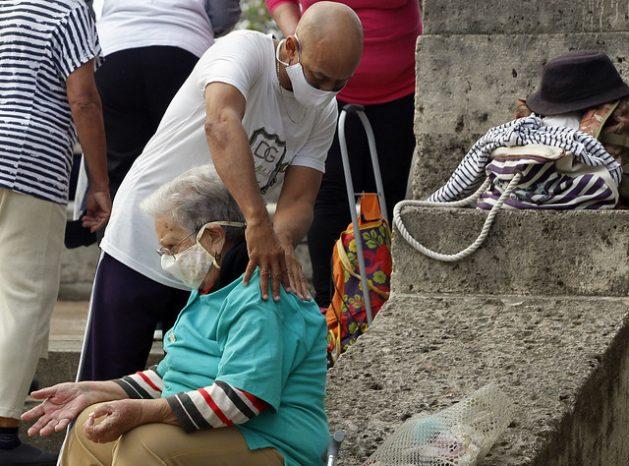 Un fisioterapeuta atiende a una adulta mayor al concluir una sesión de ejercicios, en un parque de La Habana. En Cuba, 20,8 por ciento de la población tiene 60 años o más. Para 2035 se prevé que uno de cada tres habitantes en el país será un adulto mayor. Eso unido a la baja fecundidad, una esperanza de vida superior a los 78 años y la sostenida emigración de jóvenes, constituirá un desafío para la economía y el sistema social. Foto: Jorge Luis Baños/IPS