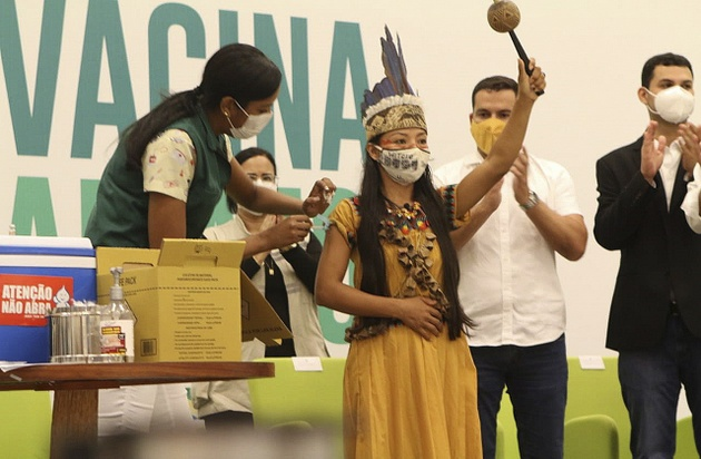 Una enfermera indígena celebras tras ser la primera persona vacunada el 19 de enero en Manaus, la ciudad de Brasil más castigada por la covid, que llegó a tener una crisis de oxígeno que aumentó las muertes por la enfermedad. Foto: Gilson Mello/OMS-Fotos Públicas