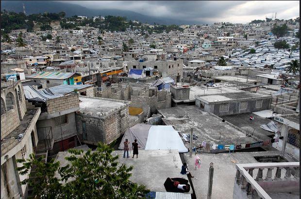 Vista del sector Delmas en Puerto Príncipe, la capital haitiana donde la ONU teme por nuevos estallidos de protestas y represión como las que llevaron, en los tres años anteriores, a fuertes violaciones de los derechos humanos. Foto: BM