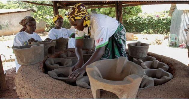 Emprendimiento de cerámica en manos de mujeres. El AfDB se propone en los próximos cinco años contribuir a cerrar la brecha financiera entre mujeres y hombres que emprenden negocios en África. Foto: BM