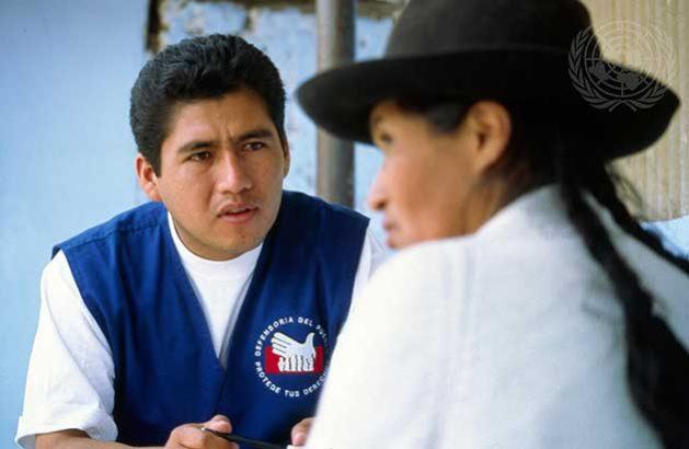 Un voluntario de la Defensoría del Pueblo de Perú dialoga con una mujer en una zona rural del país para conocer sus problemas. Foto: ONU