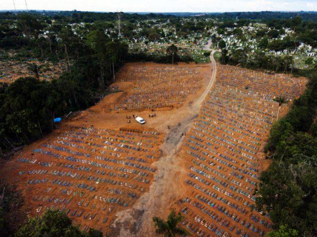 Una de las extensiones improvisadas que se deben realizar continuamente en el cementerio público de Manaus, en este caso el 30 de diciembre, ante la explosión de entierros en la capital del estado de Amazonas, en el norte de Brasil, una de la urbes más golpeadas por la covid en el país. Foto: Bruno Kelly/Amazônia Real-Fotos Públicas