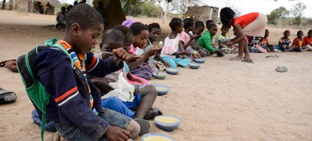 Escolares mientras toman una merienda en una escuela rural de Mozambique. En los sectores pobres de muchos países, la comida en las escuelas es su principal o única fuente de nutrición diaria, porque sus familias no tienen como alimentarlos. Foto: Unicef/UN051605/Rich