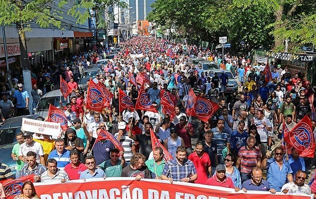 El área automotriz ha tenido un gran peso tradicional dentro del poderoso sector metalúrgico brasileño, motor de las luchas sindicales dentro de la industria del país. En la imagen una de sus protestas de trabajadores del sector contra la precarización de sus derechos laborales. Foto: SMABC