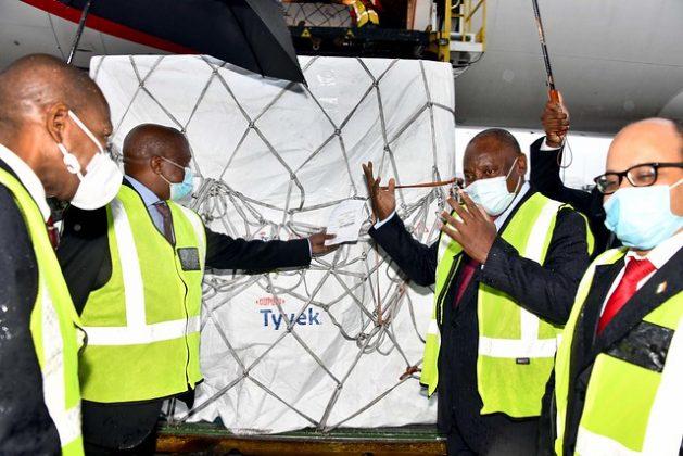 El presidente sudafricano, Cyril Ramaphosa, recibe el 1 de febrro en el aeropuerto de Johannesburgo el primer envío de vacunas de AstraZeneca, desde el Instituto Serum de India, que realizó su manufactura. El precio para el país por la vacuna fue superior al de los países ricos, y más bajo que otros países pobres de África. Foto: GCIS /Flickr