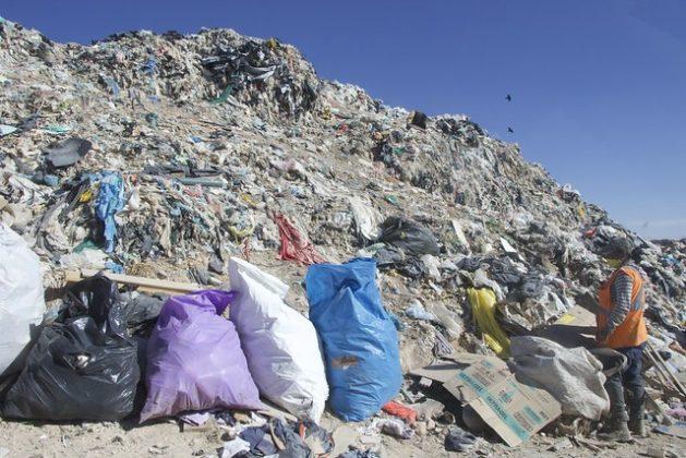 Una recicladora escoge materiales reciclables en el gran vertedero de basura del municipio de Dolores Hidalgo, en el estado de Guanajuato, en el centro de México. La reducción de las emisiones de metano obliga a la modernización de los depósitos de residuos en el país, pero esas medidas pueden amenazar el trabajo de los pepanadores, como se les llama localmente. Foto: José Carmen Ávila /IPS