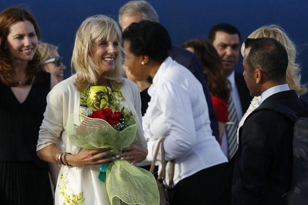 La ahora primera dama, Jill Biden, con un ramo de flores, a su llegada al aeropuerto José Martí en La Habana, el 6 de octubre de 2016. Funcionarios y personas cercanas a Joe Biden conocen de cerca la realidad cubana y son favorables a la normalización de vínculos con Cuba, como es el caso de su esposa. Foto: Jorge Luis Baños/IPS