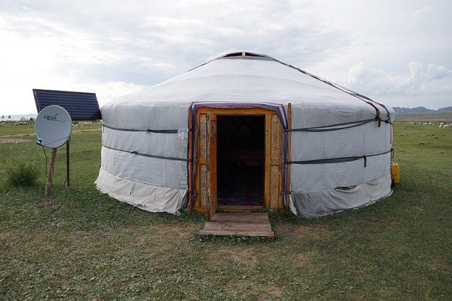 Una yurta en Mongolia, las viviendas de los nómadas de las estepas del país, con un panel solar que genera electricidad suficiente para el consumo de esta vivienda, propia de los nómadas de sus estepas. También le permite el lujo de conectar la televisión por satélite. Foto: Niek van Son / CC By 2.0