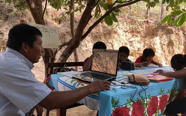 El maestro Arnulfo Romero Evangelista se desplaza día tras día durante la pandemia de covid por las montañas del estado mexicano de Guerrro, para seguir enseñando a los niños de pequeñas comunidades indígenas sin acceso a internet, en su lengua materna, tu'un savi, mientras las escuelas están cerradas. Foto: Kau Sirenio /IPS