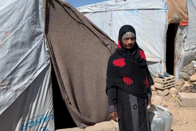 Mariam, de 50 años, va a recoger agua para ella y 13 niños en el campamento de refugiados de Amran, norte de Yemen. Foto: Jean-Nicolas Beuze/Acnur