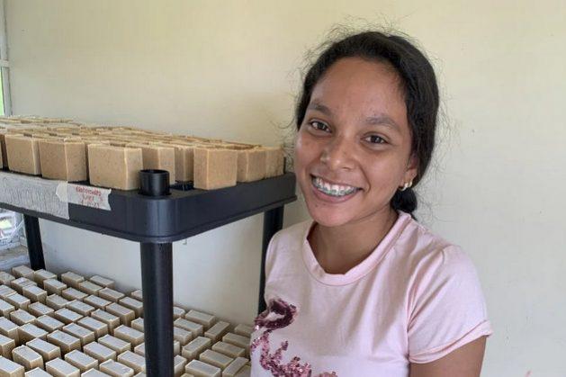 Mujeres refugiadas y migrantes que integran el colectivo San Rafael mezclan aceites con leche de cabra y otros productos naturales para hacer jabón, en un emprendimiento útil para Trinidad y Tobago en tiempos de pandemia. Foto: Melissa Dassrath/Acnur