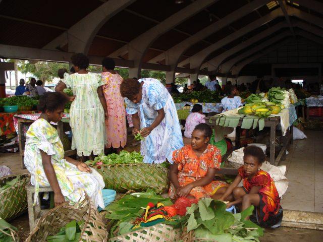 Las distintivas y sostenibles bolsas de hojas de pandanos y cocoteros se venderán en lugares públicos de la capital de Vanatu, como los mercados de productos frescos de Port Vila. Foto: Catherine Wilson/ IPS