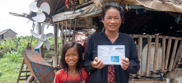 Una mujer muestra su tarjeta de transferencia de dinero,otorgada por el gobierno, en un pueblo de Camboya. El mecanismo, auspiciado por agencias de las Naciones Unidas, ayuda a resistir la crisis a unas 700 000 familias. Foto: Kimheang Toun/PNUD
