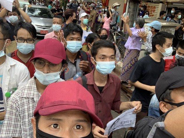 """Un manifestante mantiene el saludo de tres dedos contra el golpe militar en Myanmar, tomado de la película """"Los juegos del hambre"""", que fue popularizada por las protestas a favor de la democracia en Hong Kong y Tailandia. Foto: CC BY-SA 4.0"""