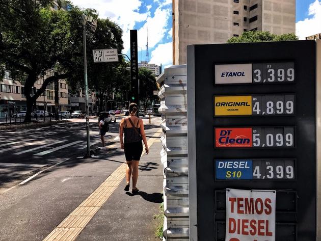 Petrobras elevó los precios de los combustibles por cuarta vez este año, la tercera para el diésel, derivado vital para la economía de Brasil porque es usado por los camiones, de los que depende 61 por ciento del transporte en este extenso país sudamericano. Foto: Roberto Parizotti / FotosPúblicas