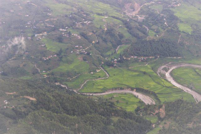 Asentamientos dispersos al pie de la parte india del Himalaya, con un río alimentado por un glaciar que serpentea cerca ya de Nepal. Crédito: Manipadma Jena/ IPS