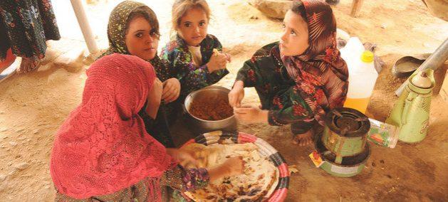 Niñas yemeníes comen pan con legumbres en el campo de refugiados de Al Mazraq. En el país hay 3,6 millones de desplazados internos, principalmente por la guerra civil, y 16 millones de personas con insuficiencia alimentaria. Foto: Abeer Etefa/PMA