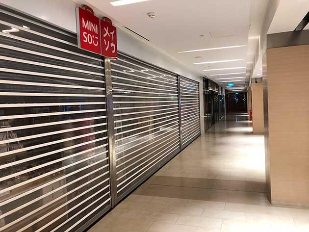 Las tiendas minoristas en Sule Square, en el centro de Yangón, permanecían cerradas un día después del golpe militar en Myanmar. Foto: Periodista de IPS en Yangón