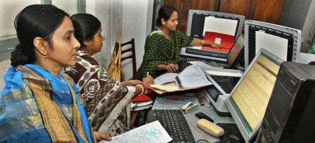 Trabajadoras de una plataforma digital en Bangladesh. Esta nueva modalidad de negocios genera ganancias superiores a 50 000 millones de dólares anuales a 777 empresas, pero miles de trabajadores carecen de protección social o derecho a negociaciones colectivas, según la OIT. Foto a2i/ONU